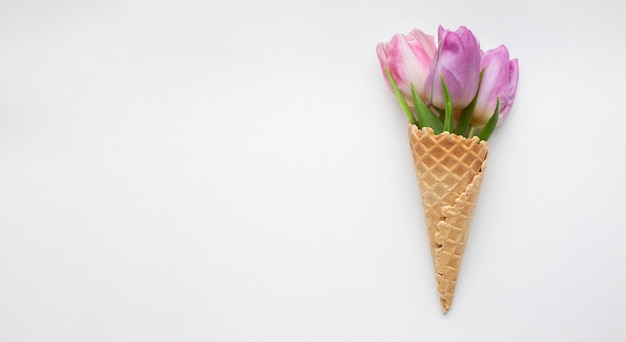 Roomijskegel met tulpen