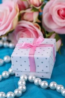 Roos en cadeau op blauwe doek