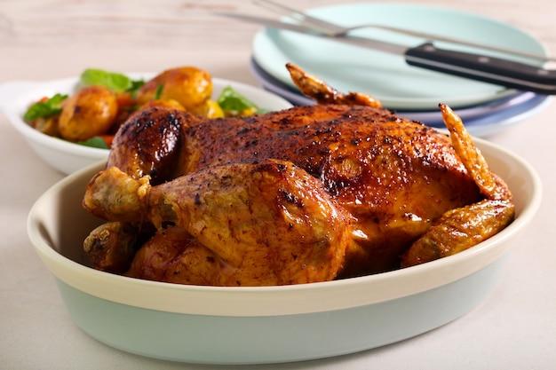 Rooster de hele kip in een bakblik