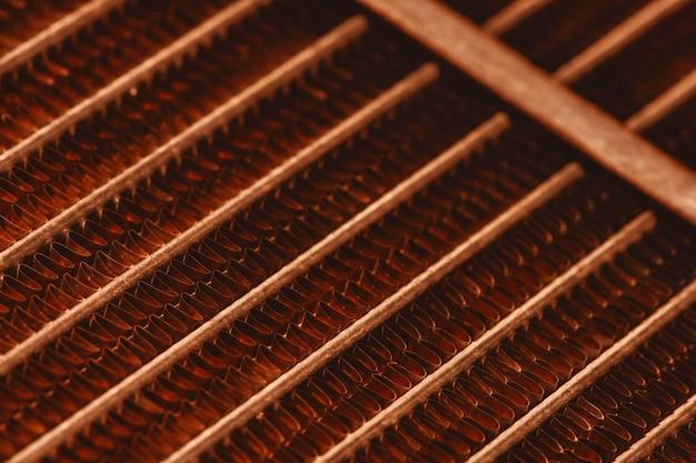 Roostertextuur van oude roestige radiator met exemplaarruimte. achtergrond van automobielradiatorclose-up