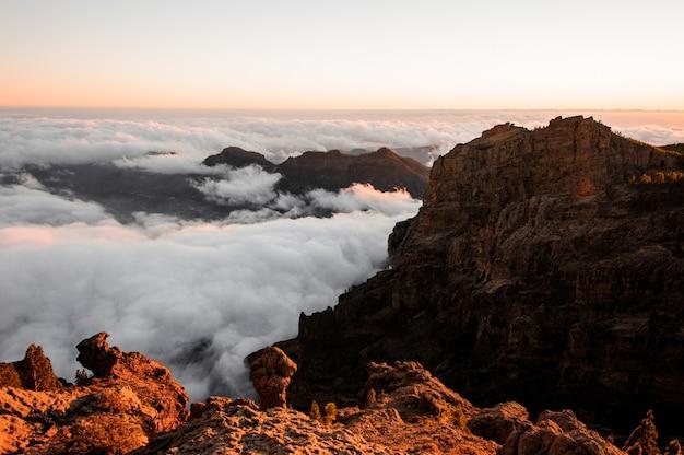 Roque nublo-berg onder de duidelijke hemel onder witte wolken, gran canaria, spanje