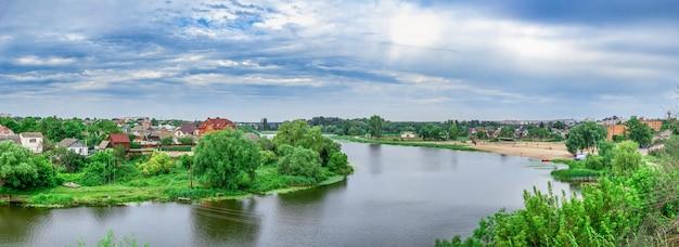 Ros rivier in de stad bila tserkva, oekraïne, op een bewolkte zomerdag