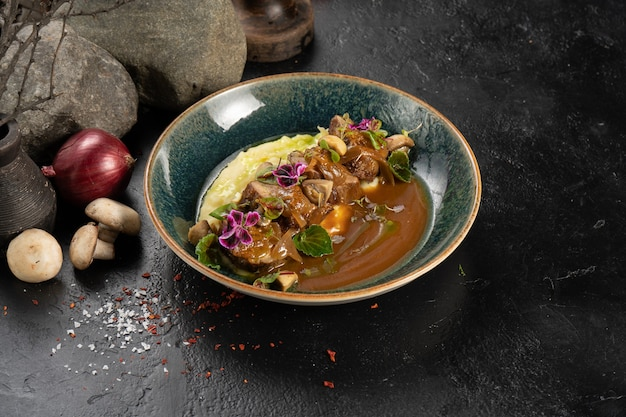 Rosbief met aardappelpuree, zoete uien en demiglassaus