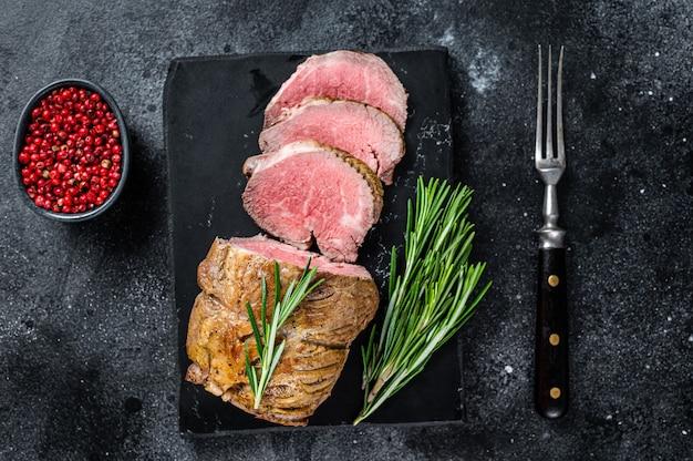 Rosbieffilet ossenhaas vlees op een marmeren bord