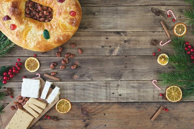 Rosca de reyes op een houten sokkel met kerstversiering