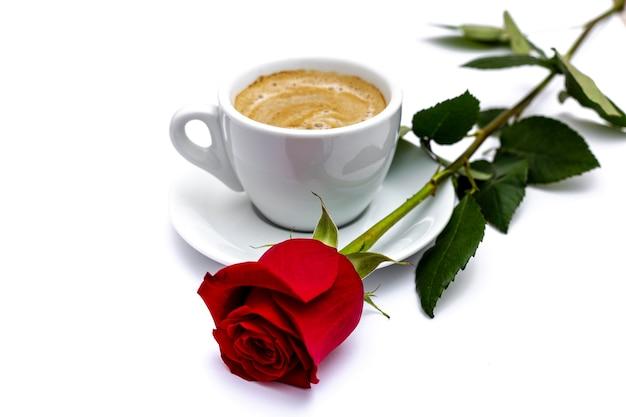 Rose en koffiekopje voor valentijnsdag