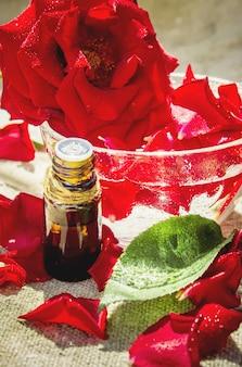 Rose essentiële olie in een kleine pot. selectieve aandacht.