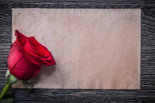 Rosebud op houten bord