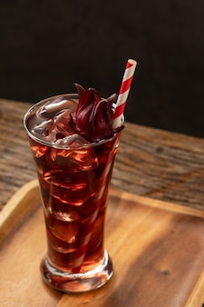 Roselle helder glas met vers roselle fruit op houten lijstazië recept