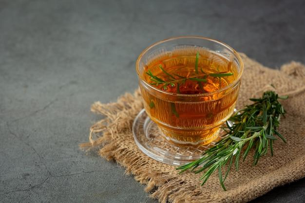 Rosemary hot tea in beker klaar om te drinken