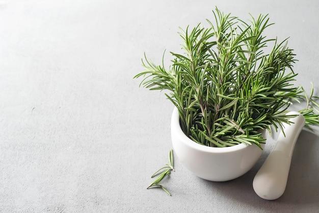 Rosemary in een kom op een lichte achtergrond