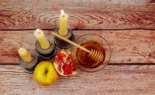Rosh hashanah jewesh vakantie concept thora boek, honing, appel en granaatappel over houten tafel. traditionele vakantie symbolen.