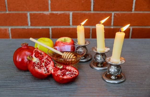 Rosh hashanah jewesh vakantieconcept: honing, appel en granaatappel