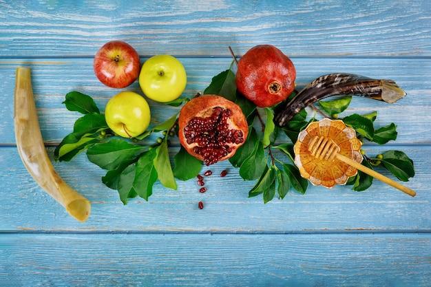 Rosh hashanah met fruit en honing. joodse feestdag.