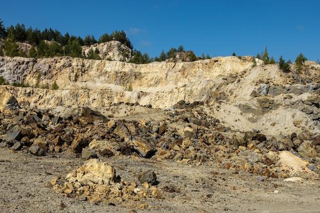 Rosia montana open pit koper- en goudmijn, steengroeve in transsylvanië, roemenië