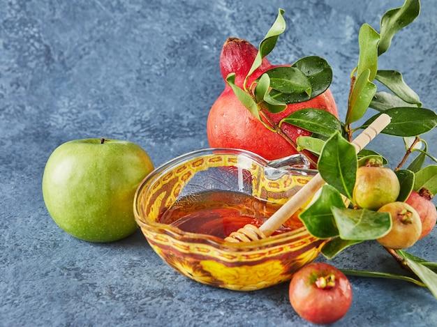 Rosj hasjana - joods nieuwjaarsvakantieconcept. een kom in de vorm van een appel met honing, granaatappel, sjofar zijn traditionele symbolen van de vakantie