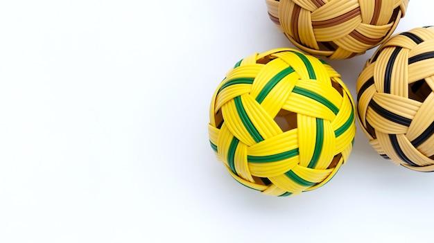 Rotanballen op witte achtergrond. Premium Foto