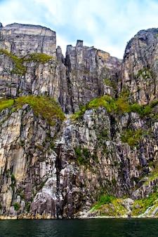 Rots als een stevige muur en de zee, noorwegen