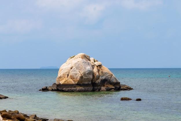Rots midden in de tropische zee