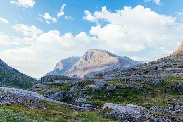 Rotsachtig berglandschap tegen blauwe hemel
