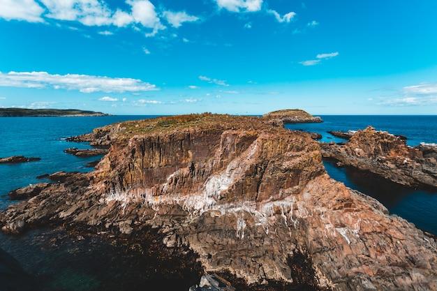 Rotsachtig eiland overdag