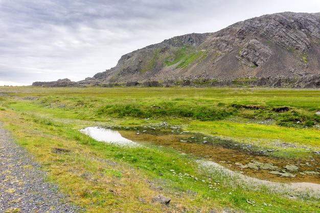 Rotsachtig landschap langs de varanger national tourist route, finnmark, noorwegen