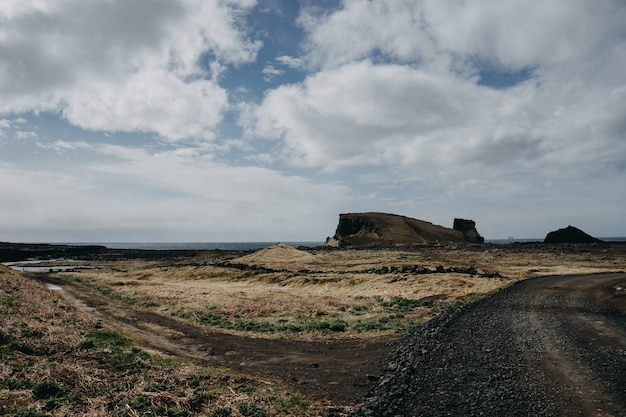 Rotsachtig landschap met veel struiken onder een bewolkte hemel