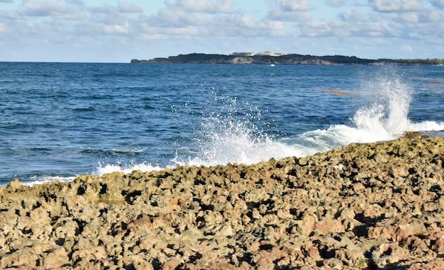 Rotsachtige atlantische kust. dominicaanse republiek
