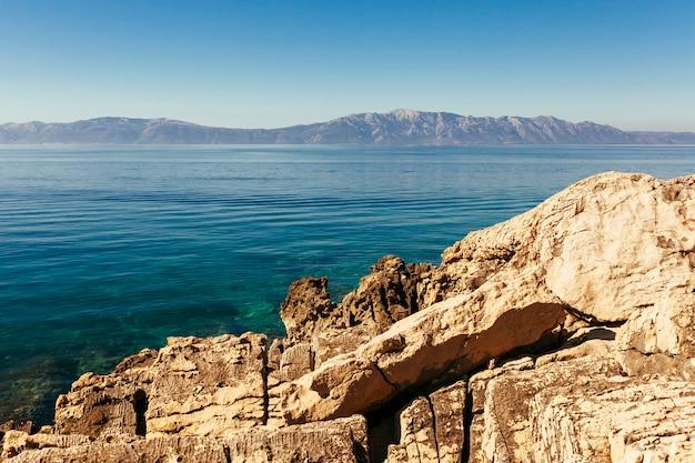 Rotsachtige berg dichtbij het mooie meer