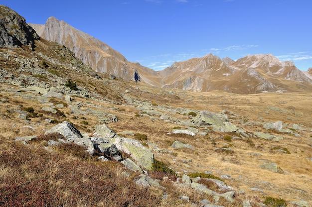 Rotsachtige berg onder de blauwe hemel