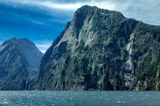 Rotsachtige bergen en waterval in milford