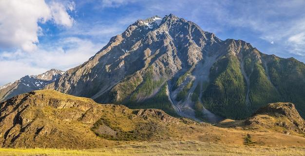 Rotsachtige bergtop op een zomerdag