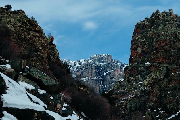 Rotsachtige besneeuwde bergen