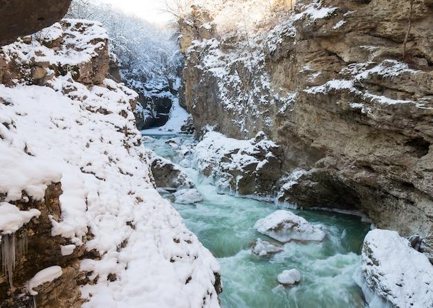 Rotsachtige bodem van een bergrivier in de winter