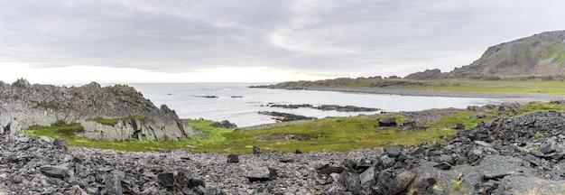 Rotsachtige kliffen aan de kust van de barentszzee, varangerhalvoya national park, varanger peninsula, finnmark, noorwegen