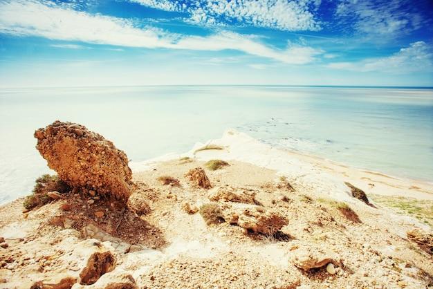 Rotsachtige kust in de zomer. schoonheid wereld
