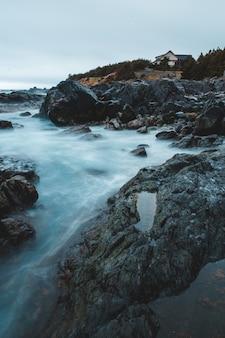 Rotsachtige kust met berg in de verte
