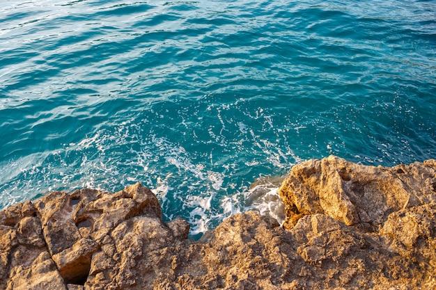 Rotsachtige kust op zee. uitzicht van boven