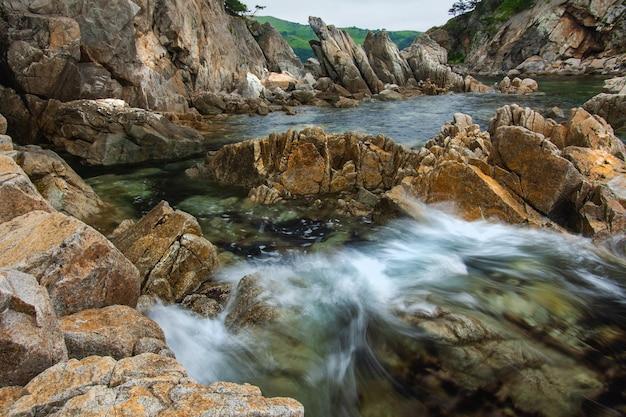 Rotsachtige kust, ruwe stenen aan de kust