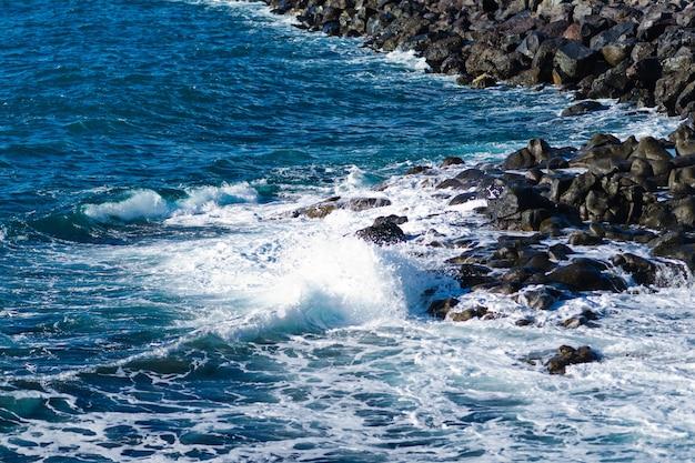 Rotsachtige kust van costa adeje en las americas. tenerife eiland, canarische eilanden