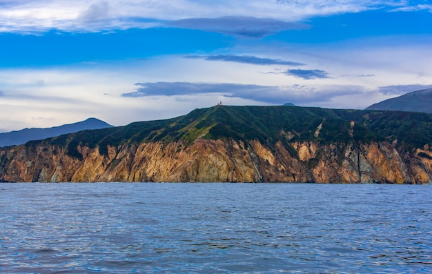 Rotsachtige kust van de stille oceaan in de zomer