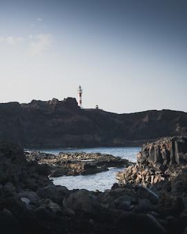 Rotsachtige kust van de zee en een vuurtoren