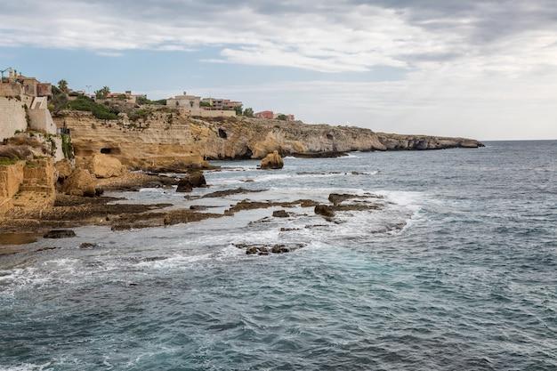 Rotsachtige kust van de zee, mooi landschap