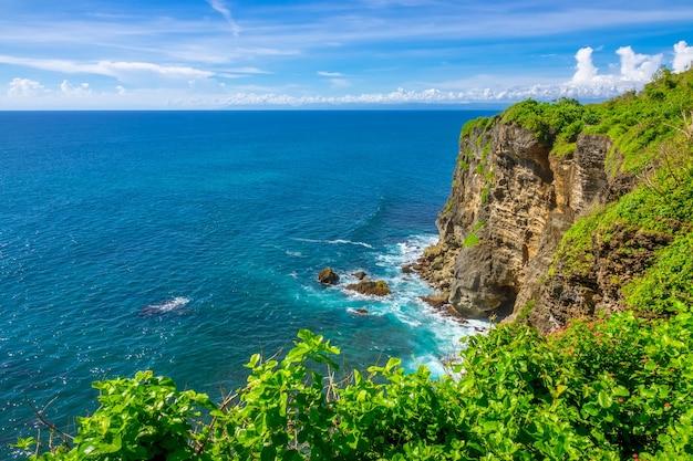 Rotsachtige kust van een tropisch eiland en een zonnige dag