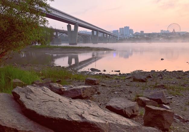 Rotsachtige kust van ob in novosibirsk grote stenen op de rivieroeverbruggen