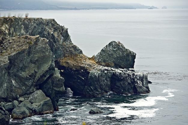 Rotsachtige kustkliffen