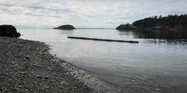 Rotsachtige kustlijn, deception pass state park, oak harbor, washington state, vs.