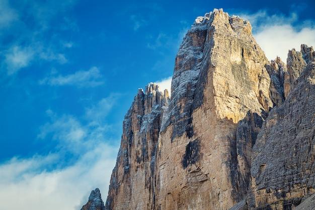 Rotsachtige pieken en bewolkte blauwe hemel, tre cime di lavaredo-park, italië