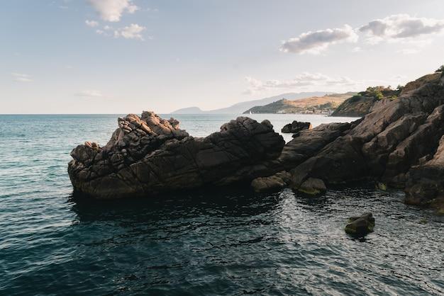Rotsachtige richel stort neer in de zee