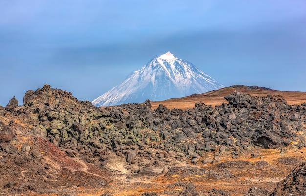 Rotsafzettingen aan de rand van een oude vulkaancaldera